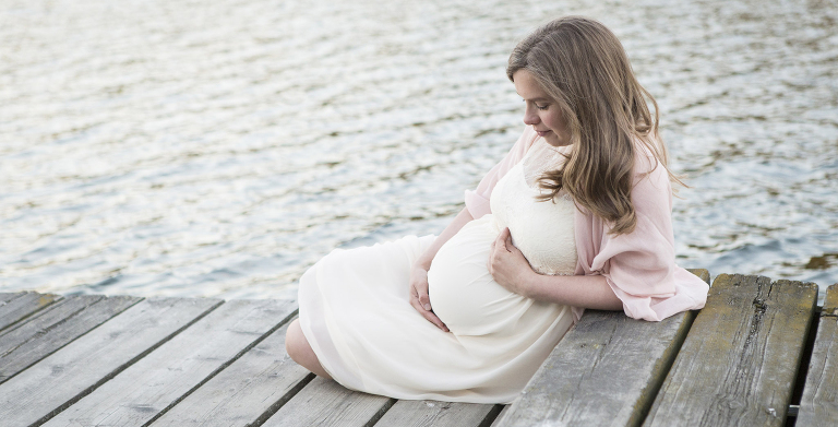 gravid_kvinna_vid_vattnet
